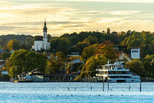 Schöne Abendstimmung am Starnberger See in Kempfenhausen / Percha: Blick auf Starnberg und den Hafen / Schiff sowie Kirche