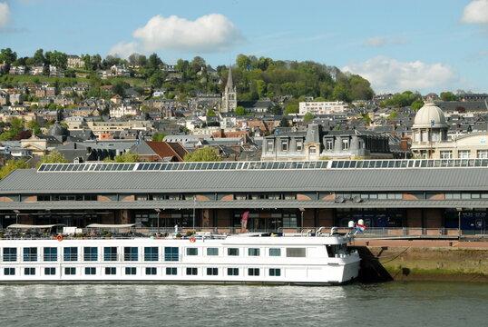 Ville de Rouen, quais de Seine et bateau amarré, département de Seine-Maritime, France