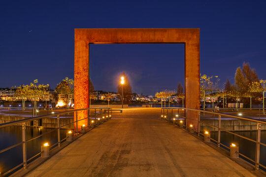 Brücke und Halbinsel am Phoenixsee in Dortmund bei Nacht
