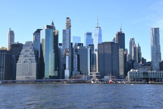 Einen herrlicher Anblick von Brooklyn aus bekommt man auf den Finacial District in Lower Manhattan. Der Big Apple in seiner vollen Pracht und dem East River in New York, USA.