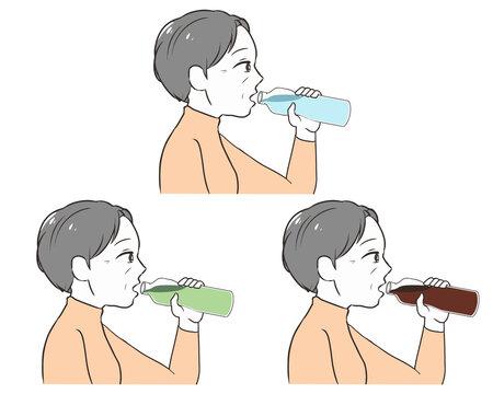 ペットボトルで飲む 高齢女性