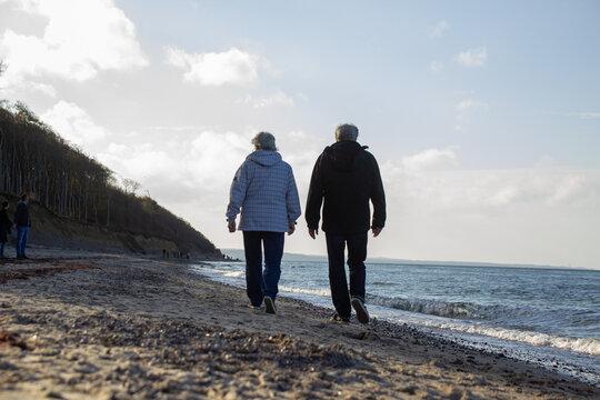 Strandgang mit zwei Rentner