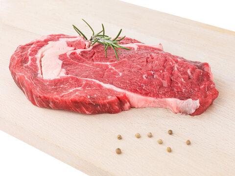 steak de boeuf découpé dans l'entrecôte sur planche à découper