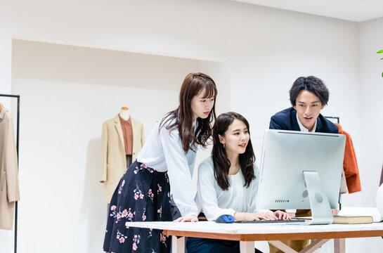 オフィスでミーティングするグループ アパレルショップ ファッションデザイナー
