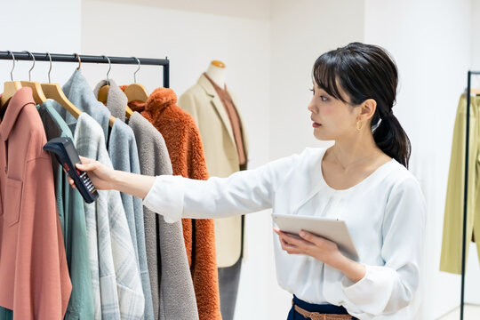 アパレルの在庫管理をする女性 商品管理 RFID