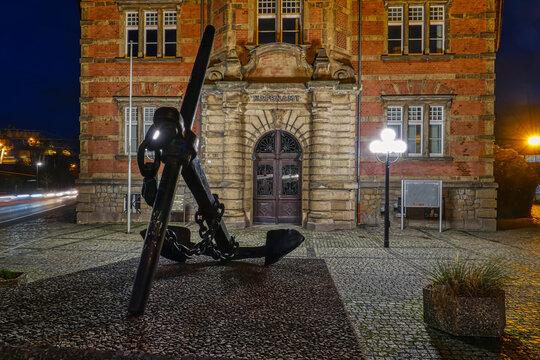 Anker vor dem historischen Hafenamt in Dortmund