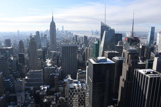 Die berühmte Aussicht vom Rockefeller Center auf das Empire State Building und der Südspitze von Downtown in New York City, Manhattan. USA, 3. Dezember 2019.