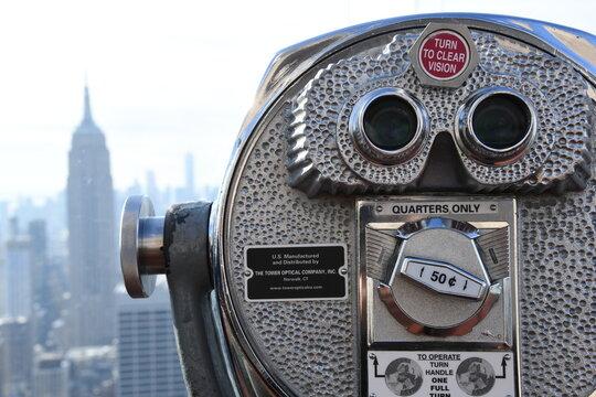 Die Aussichten vor und nach einer Wahl in den USA mit dem Münzfernglas in New York, Manhattan. Amerika, 3. Dezember 2019.