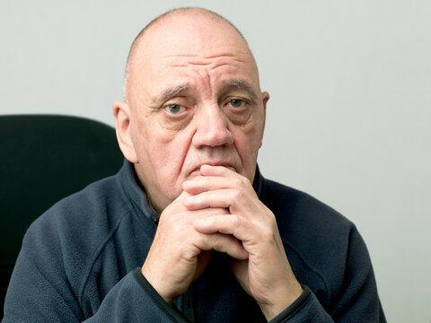 portrait vieil homme déprimé assis dans le fauteuil