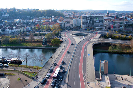 Saarbrücken, Wilhelm-Heinrich-Brücke mit Verkehrskreisel und Fahrradwegen im Gegenlicht