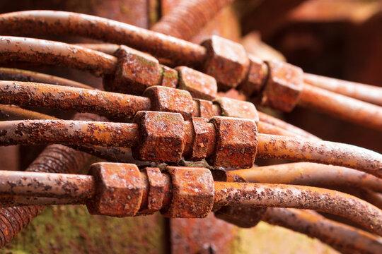 Nahaufnahme von mehreren Verscharubungen von Metallrrohren