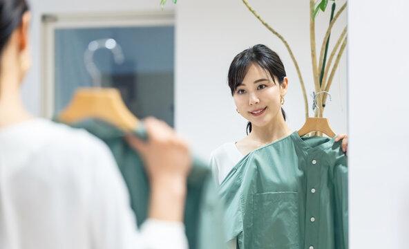 服を選ぶ女性 アパレルショップ