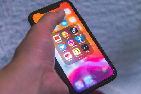 iPhone画面上のiOS SNS/写真動画共有アプリ。TikTok/Twitter/Instagram/YouTube/IGTV/Facebook/Likee/Snapchat/500px。2020年11月撮影