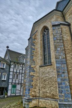 Kirche und Fachwerkhaus in der Altstadt in Velbert Neviges