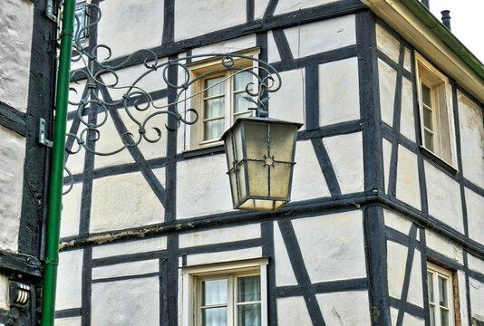 Laterne und Fachwerkhaus in der Altstadt in Velbert Neviges