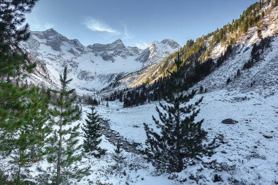 Wintereinbruch in einem herbstlichen Hochtal mit Gletscher im HIntergrund