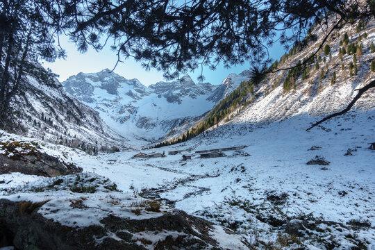 Wintereinbruch bei einer Alm in Österreich im Herbst