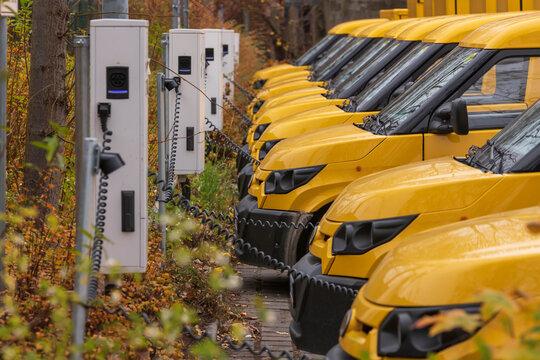 Gelbe Elektrofahrzeuge an der Ladestation