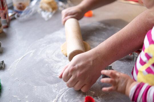 Mit dem Nudelholz wird der Teig auf der Arbeitsplatte in Form gebracht
