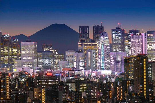Tokyo night atmosphere There are tall buildings in Shinjuku and Mount Fuji