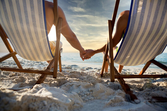 Transats sur une plage de sable pour profiter du coucher de soleil