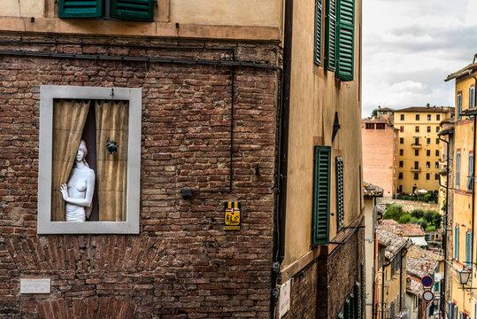 Skulptur in einem Fenster in Siena, Italien