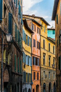 Bunte Häuser in einer Gasse von Siena in der Toskana, Italien