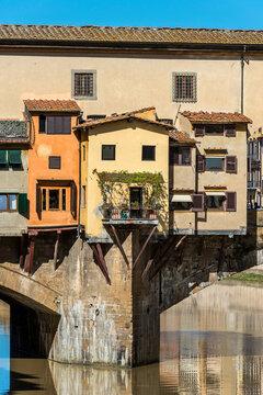 Die Ponte Vecchio als historische Brücke über den Arno in Florenz, Italien