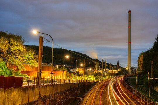 Fabrik und Eisenbahnstrecke in Wuppertal am Abend