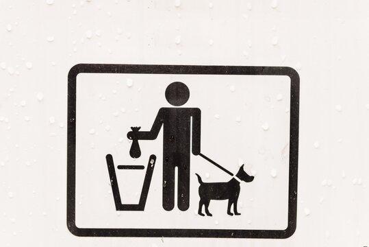 Mülleimer für Hundebeutel der aussieht wie ein weißer Briefkasten aus Metall in einem Park an einem See zu Erholen und Spazierengehen, Deutschland