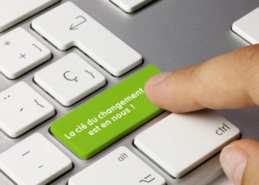 La clé du changement est en nous! - Inscription sur la touche du clavier vert.