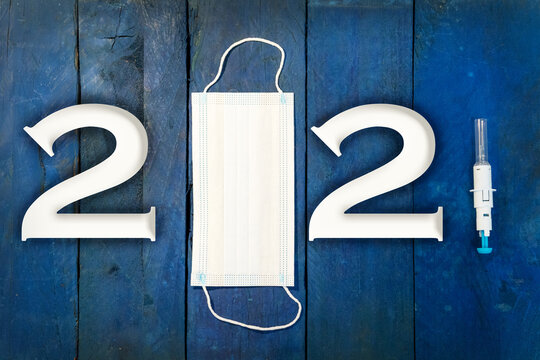 2021 neues Jahr. Frei von Corona durch erfolgreiches Impfen. Glück und Hoffnung für das neues Jahr auf blauen Holz Hintergrund