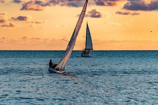 Voilier dans le coucher de soleil dans la baie des anges à Nice sur la Côte d'Azur