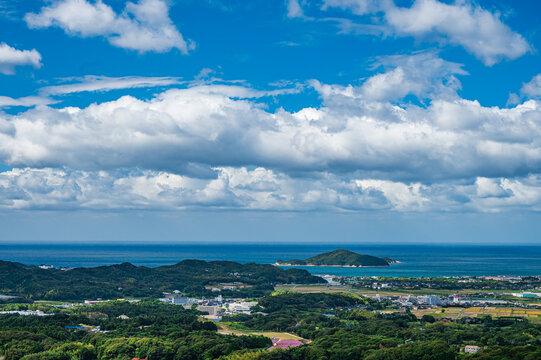 秋の川棚温泉と青空の日本海(山口県)