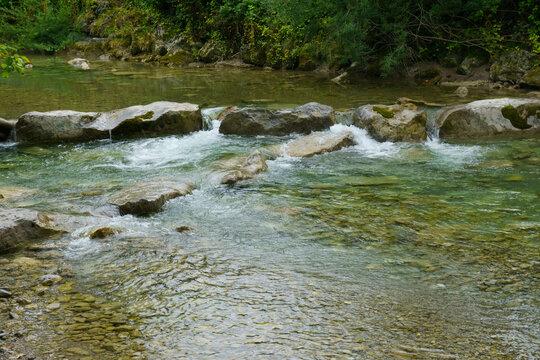Kleiner Wasserfall im Fluss Weissach, Kreuther Tal, Oberbayern, Bayern, Deutschland, Europa