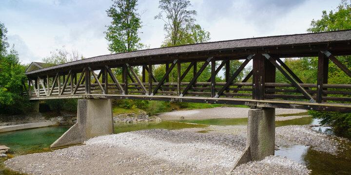 Holzbrücke über dem Fluss Weissach, Kreuther Tal, Oberbayern, Bayern, Deutschland, Europa