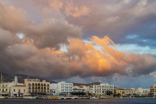 Promenade am alten Hafen von Tinos Stadt auf der griechischen Kykladeninsel