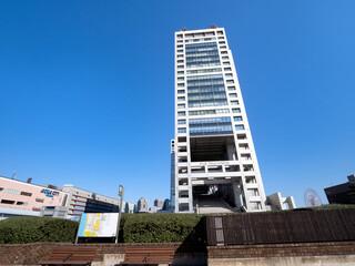 Fototapete - お題何あるフジテレビビル。臨海副都心の代表的なランドマークのひとつです。2020年11月、東京都港区にて撮影。