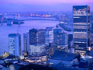 Fototapete - 東京都 竹芝のオフィスビルと東京港
