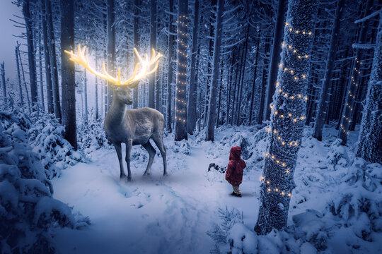 Ein Hirsch mit gold leuchtendem Geweih steht in einem kalten Winterwald vor einem kleinen Kind