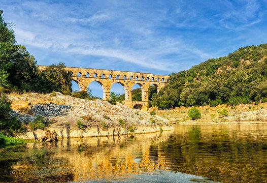 Der Fluß und sein Wahrzeichen: Gardon mit Pont du Gard