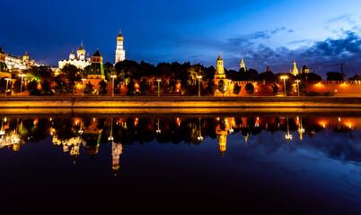 Fototapeta 夜明けのモスクワ川