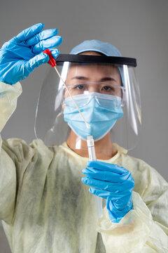 Femme asiatique effectuant un test pcr Covid-19.