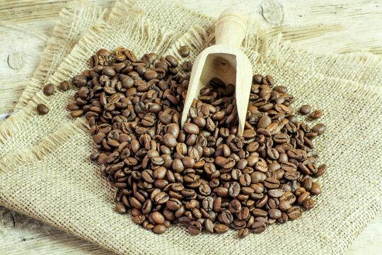tas de grains de café sur une toile de jute