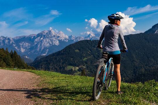 Mountainbikerin genießt den Ausblick auf die Bege und ins Tal