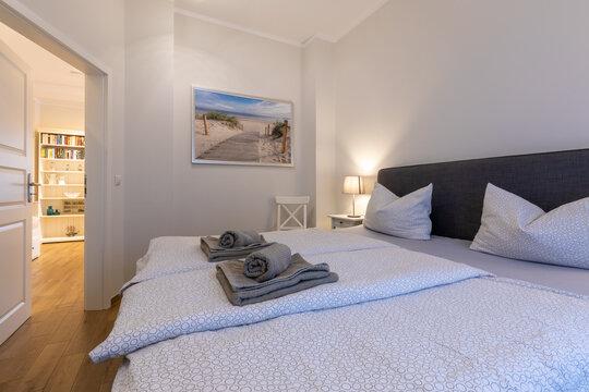 Schlafraum mit Boxspringbett in einer Ferienwohnung