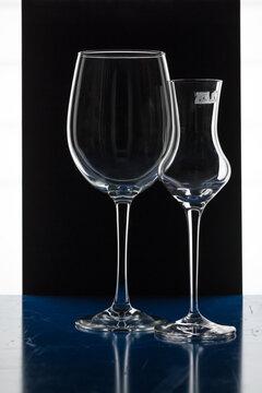 Zwei Gläser kreativ dargestellt.