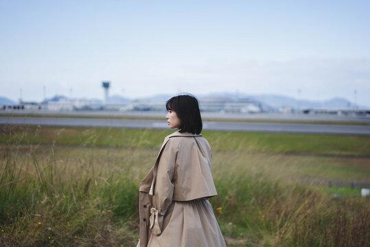 空港の公園にいる女性