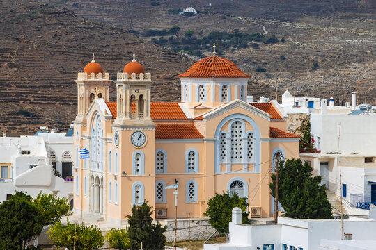 Orthodoxe Kirche Saint Dimitrios umgeben von Häusern aus Marmor in Pirgos im Gebirge der griechischen Kykladeninsel Tinos