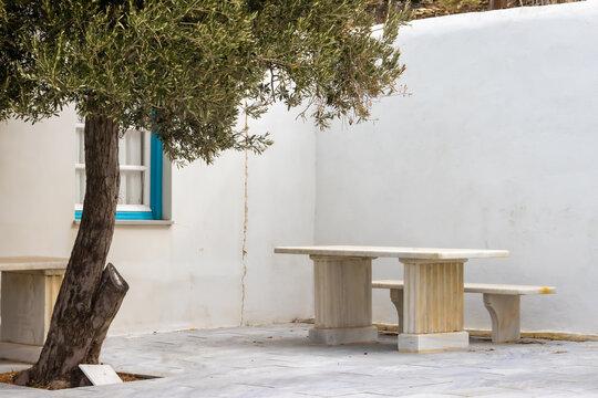 Hof mit Sitzgruppe aus Marmor im Bergdorf Pirgos auf der griechischen Kykladeninsel Tinos